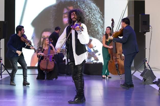 Ara Malikian durante su actuación en el Desfile TELVA Moda en la Calle.