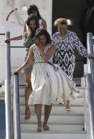 Además de sus hijas, en este viaje se ha unido Marian Shields Robinson, madre de Michelle Obama, a la derecha de la imagen.