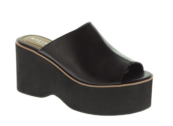 Sandalias negras de plataforma. 24,49 euros.