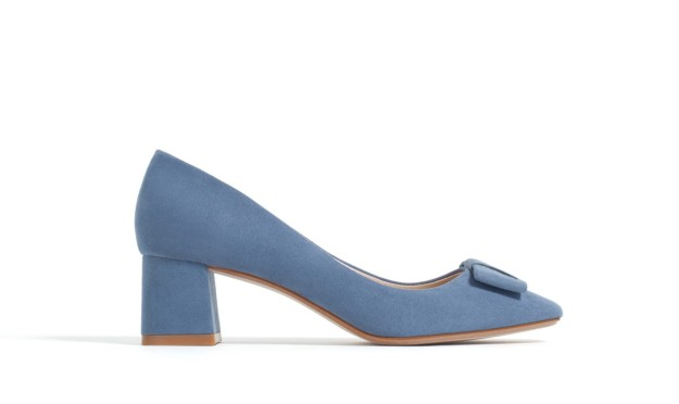 Zapatos de salón con tacón medio y lazo. De Zara, 19,99 euros.