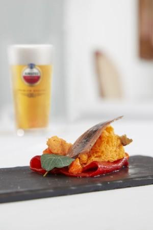 Pimiento del piquillo empapado en pura malta con mango y anchoa