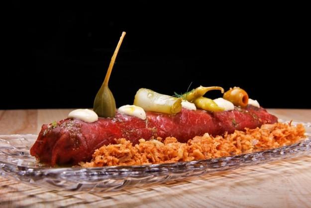 Canelón de carpacho de ternera con hierbas aromáticas, parmesano y encurtidos
