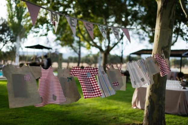 El sitting plan, obra de Leticia, se realizó a base de trozos de tela cortados con forma de ropa de niños y colgados con cuerda.