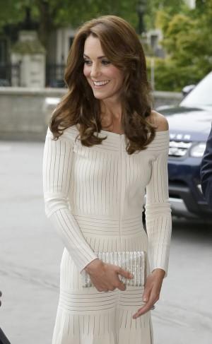 Kate Middleton se pasa al off the shoulders, el escote de moda, con este vestido de la diseñadora brasileña Barbara Casasola.