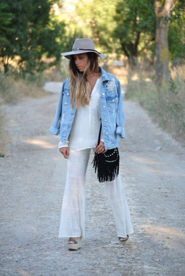 Claudia Villanueva, autora del blog Trendencies, luce un look festivalero con ligero aire western.