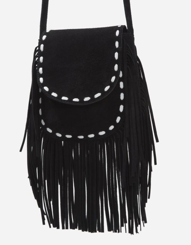 Bolso saco negro de ante con flecos. De Blanco, 14,99 euros.