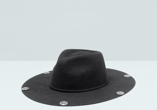 Sombrero fedora negro con apliques. De Mango, 9,99 euros.
