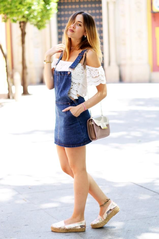 La bloguera Amy Toks, autora de Toks, luce un vestido vaquero.