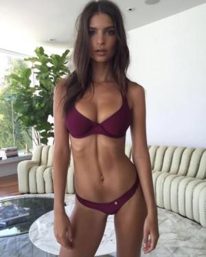 Emily Ratajkowski es quien mejor luce línea en el centro del abdomen.