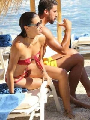 Adriana Lima y Sami Khedira en una playa de Mikonos (Grecia).