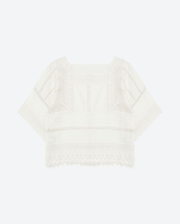 Blusa bordada y con detalles de encaje. De Zara, 39,95 euros.