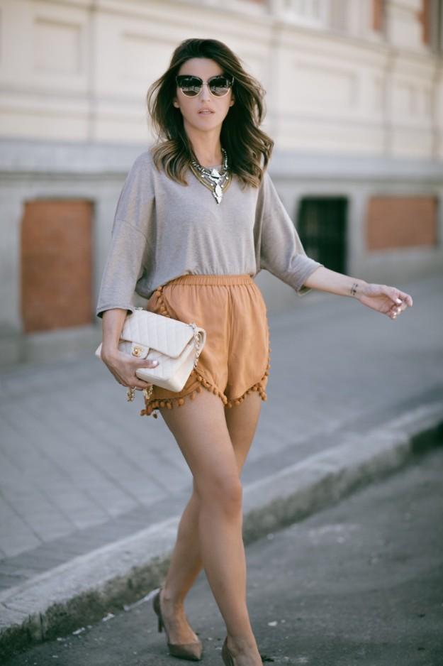 La bloguera Alexandra Pereira, autora de Lovely Pepa, luce un streetstyle de shorts con borlas en el bajo.