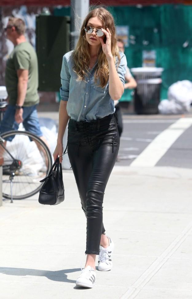 La modelo Gigi Hadid luce un street style de camisa denim y pantalón de imitación de cuero.