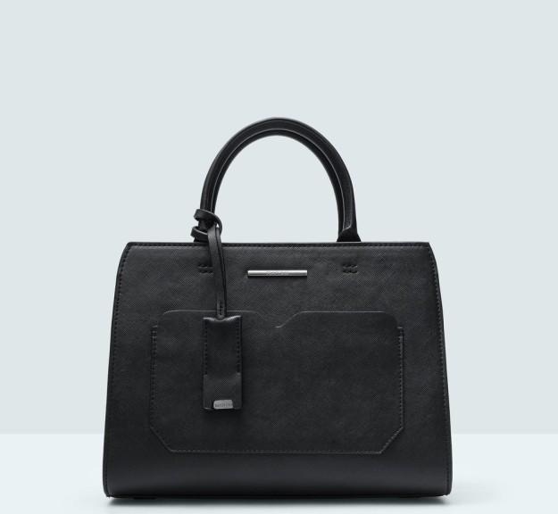 Bolso negro de doble compartimento. De Mango, 14,99 euros.
