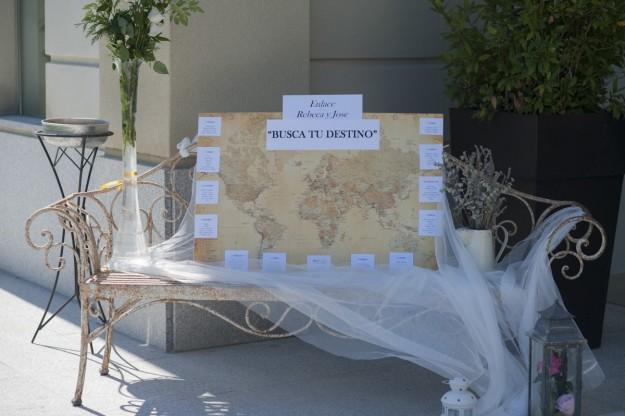 El sitting plan estaba colocado sobre un antiguo mapa del mundo.