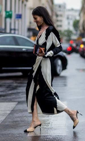 La estilista y diseñadora italiana Gilda Ambrosio con un vestido de su firma, The Attico, y unos mules bicolor.