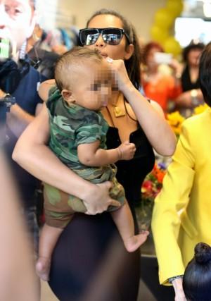 Kim Kardashian junto a su hijo pequeño Saint West durante la primera aparición pública del pequeño.