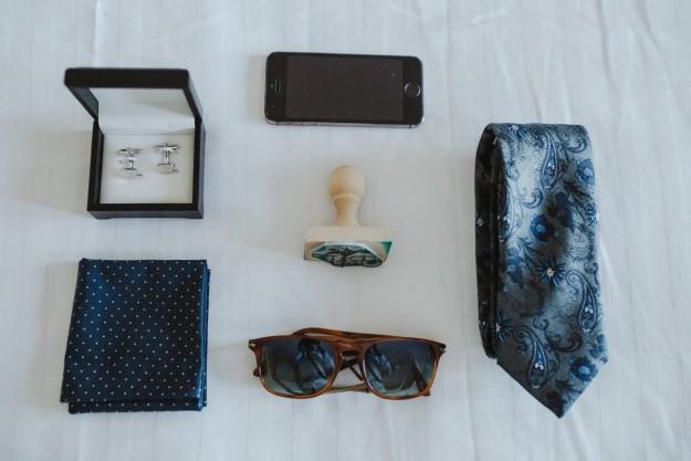 Gemelos, corbata, pañuelo, teléfono y gafas de sol. ¡Los chicos también llevan complementos!