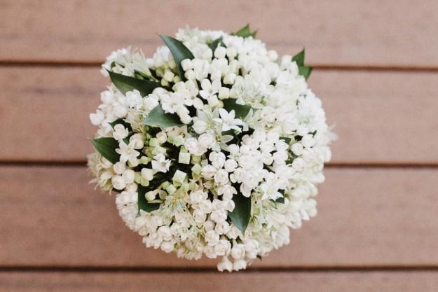 El ramo de novia consistía en un pequeño bouqet de flroes blancas con hojas verdes, obra de Antonio Rivera.