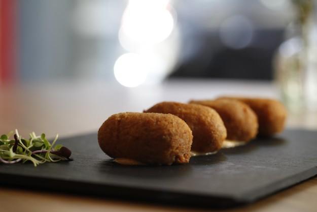 Las croquetas de jamón ibérico son uno de sus platos estrella.