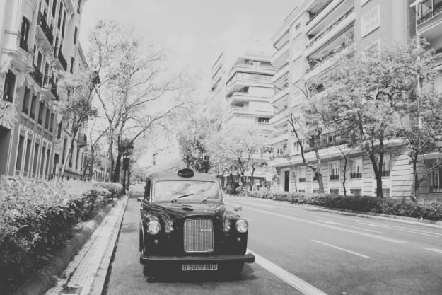 La novia llegó a la iglesia en un clásico taxi inglés.