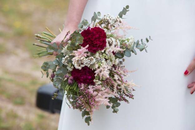El ramo de novia fue un regalo de una amiga, creado en al floristería Brumalis.