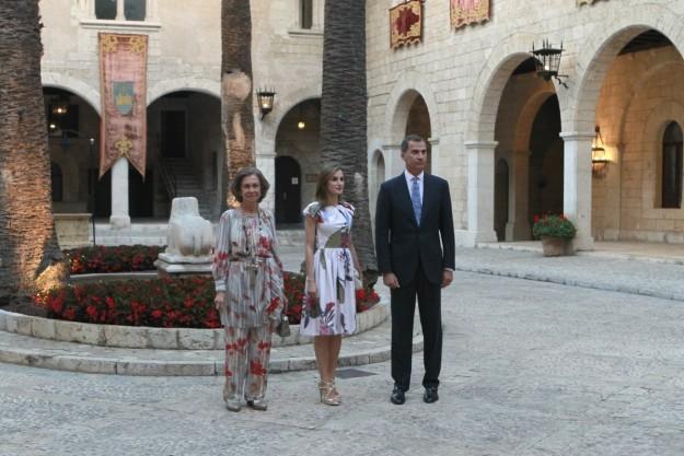 Los reyes y doña Sofía en la recepción en el Palacio de La Almudaina.