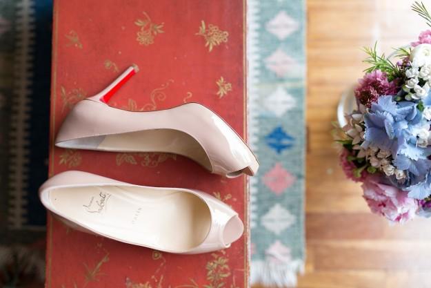 Los zapatos de novia de Gloria fueron el modelo No Matter 85 en color nude, de Christian Louboutin.
