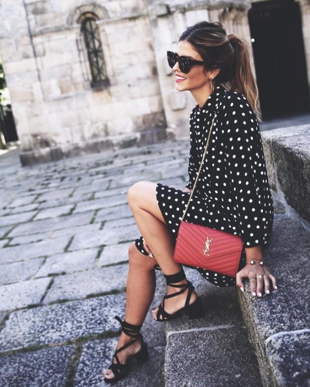 Natalia Cabezas, autora del blog Trendy Taste, luce un vestido fluido de lunares.