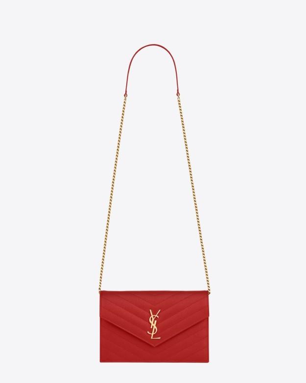 Bolso de piel con cadena de Yves Saint Laurent.
