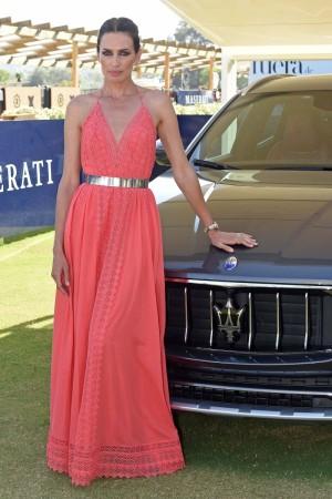 La modelo con vestido largo de Charo Ruiz.