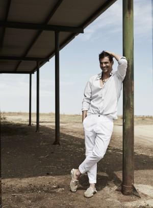 Manzanares con camisa, Dior; pantalón blanco, Dsquared2; slippers, Hermès.
