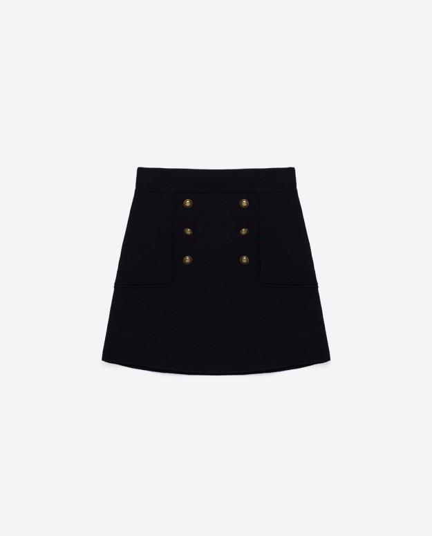 Mini falda de estilo militar. De Zara, 39,95 euros.