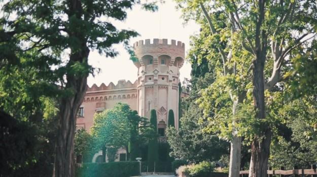 La celebración del enlace tuvo lugar en el mismo sitio de la ceremonia, un precioso castillo del siglo XII cerca de Barcelona, el Castell de Sant Marçal.