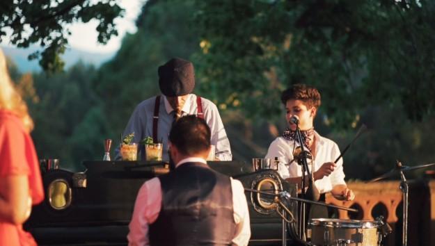 Durante el cóctel los invitados pudieron disfrutar de la actuación en directo del grupo Pianobar, quienes hicieron bailar a todos los asistentes aún antes de la cena.