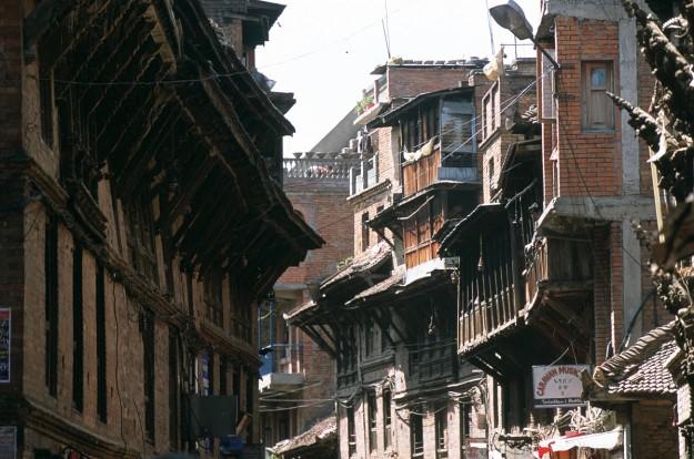 Tradicional calle nepalí en la ciudad medieval de Bahktapur, en el valle de Katmandú.