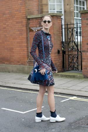 La directora de arte Sofía Sánchez de Betak asistió a la London Fashion Week con este vestido de Mary Katrantzou, gafas de Céline y un bolso con forma de Pacman firmado por Anya Hindmarch.