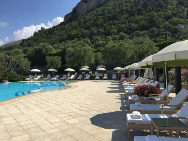 La espectacular piscina del hotel Château Saint-Martin.