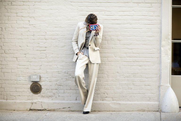 Del icónico traje en tweed de Chanel al esmoquin setentero de Saint Laurent  y el look dandi de Lauren Hutton en American Gigolo feb3d517588