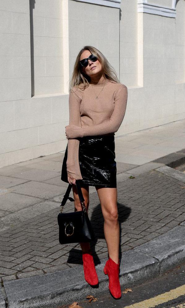670d4d4092 Lucy Williams  falda de cuero y botines rojos