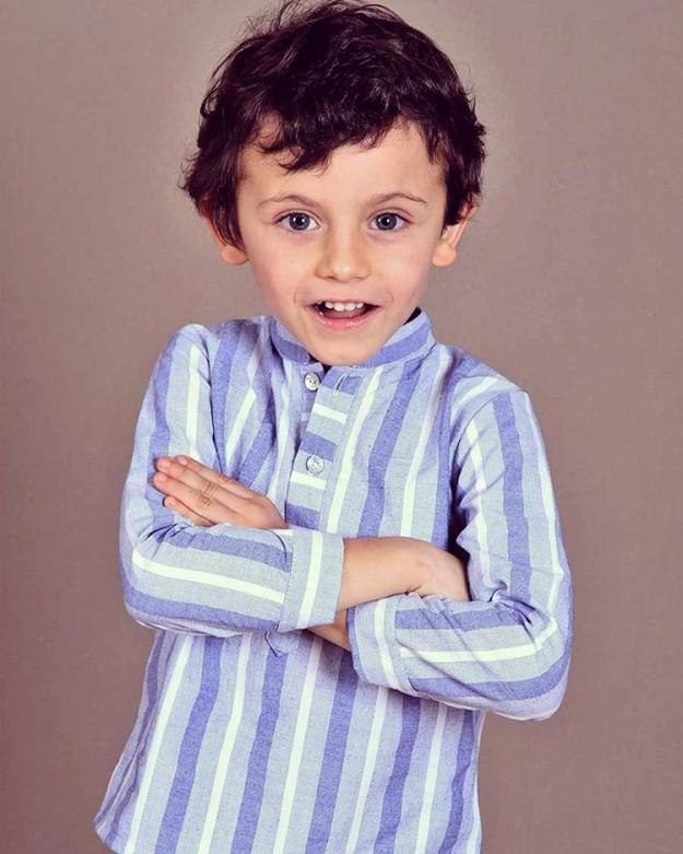 Camisa manchega con tonos azules.