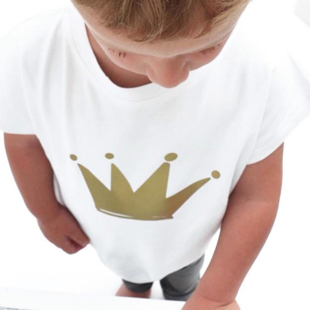 Su logo como buque insignia dan un toque diferente a sus prendas infantiles.