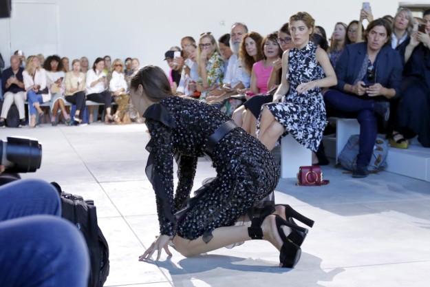 Bella Hadid se cae en nueva york