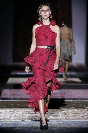 Los vestidos de volantes son una de las propuestas de la diseñadora Ana Locking para la próxima temporada.