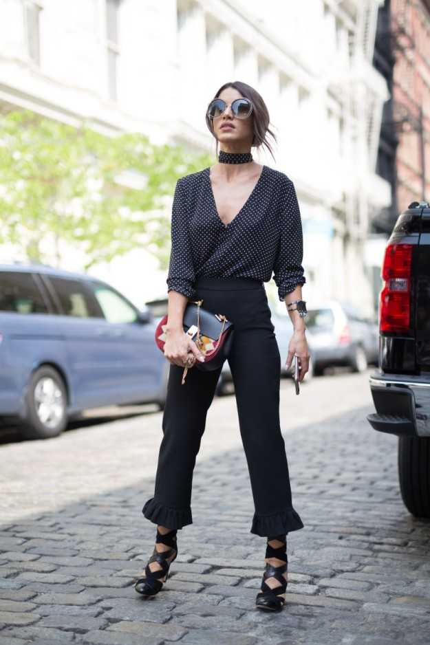 El estilismo de blusa y pañuelo a modo de choker a juego combinado con pabtalones con volantes de Camila Coelho es el ganador de esta semana.