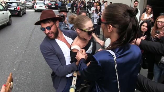 Un desconocido agarra a Gigi a su salida del desfile de Max Mara
