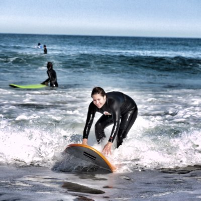 Las Sports Angels sobre una tabla de surf