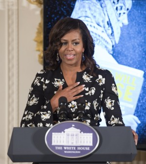 Michelle Obama dando su discurso en la presentación del documental