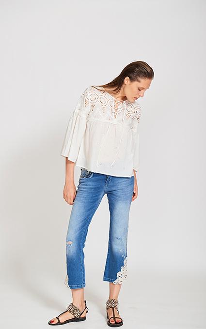 Jeans y camisa detalles