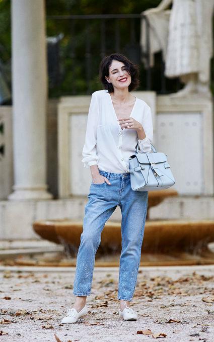 Pantalones despintados y blusa
